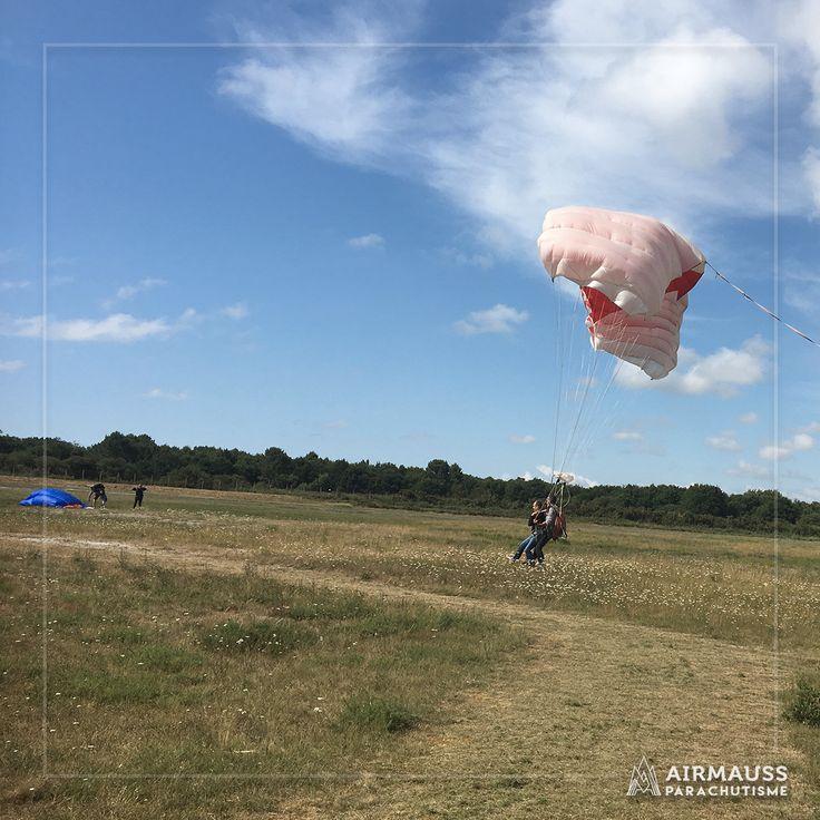 Et voilà un atterrissage en douceur pour un saut en parachute en tandem parfait !  https://air-mauss.com/fr/ou-sauter/8-bordeaux-montalivet.html
