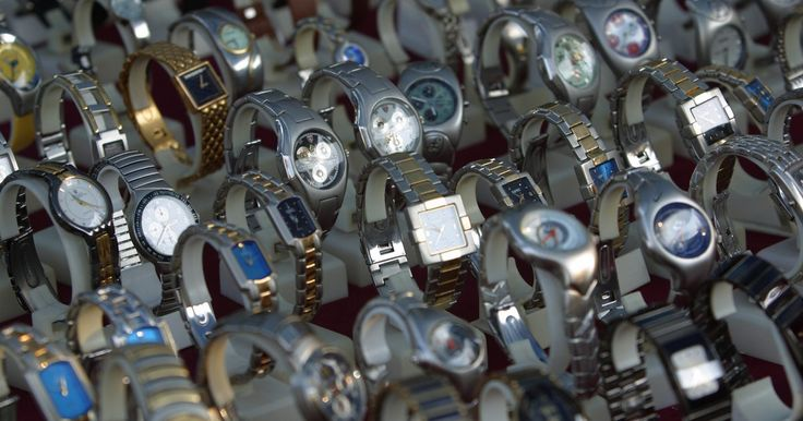 """Como ajustar relógios Adidas. A empresa Adidas foi oficialmente registrada em 18 de agosto de 1949 por seu fundador, Adolf Dassler, que combinou as primeiras letras de seu nome e sobrenome para formar a marca """"Adidas"""". Atualmente o Grupo Adidas produz roupas esportivas e acessórios para homens, mulheres e crianças e podem ser comprados na maioria das lojas de departamentos, ..."""