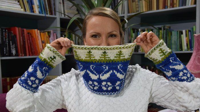 Lee med halsvärmare och pulsvärmare i matchande Finland 100 år mönster