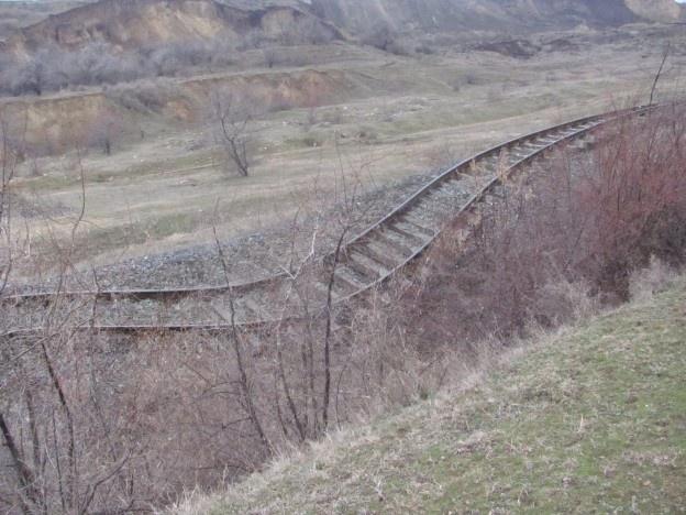 14 garnituri de tren care fac legătura între Galaţi şi Bârlad au fost afectate de alunecări de teren, în apropiere de oraşul Galaţi. Peste o sută de călători au fost afectaţi de întreruperea circulaţiei feroviare.