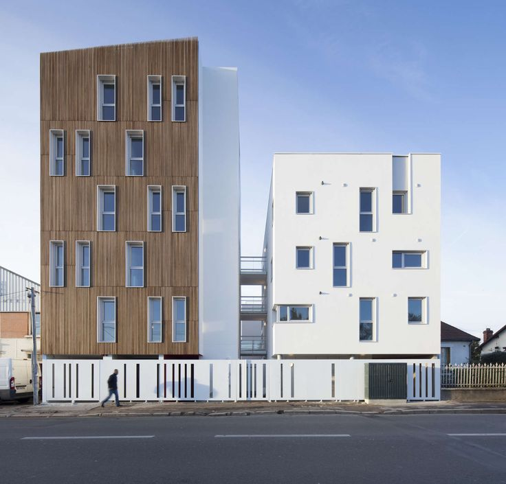 For this project of sixteen social housing units, the Atelier Gemaile RECHAK offers intuitive thre-sholds which address all levels of perception as well as t...