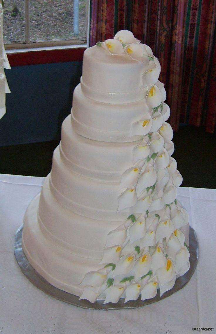 Den största tårta vi gjort här på Dreamcakes. 250 personer räcker den till och väger så mycket att vi fick ta med extra manskraft för att lyfta in den i lokalen. Och nej, då var den inte ens monterad.... #våningstårta #bröllopstårta #vittårta #callor #stackedcake #weddingcake