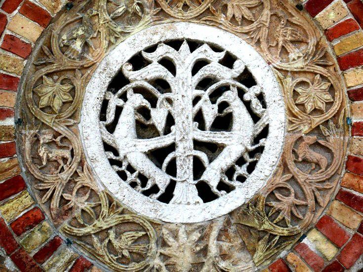 Средневековый растительный орнамент с изобразительными мотивами