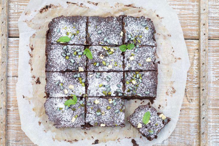 Dagens opskrift byder på en chokoladekage, som er krydret med vanilje, kanel og kardemomme. Kagen er fyldt med rigtig meget squash, som giver den en blød og saftig tekstur. Du kan se de revne squa…