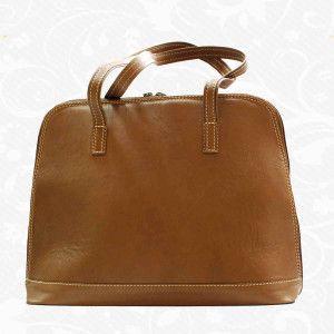 Luxusná kožená kabelka s módnym prešívaním, uzatváraná na zips. Kabelka je hnedom a tmavo hnedom prevedení so zaujímavým svetlým prešívaním. Tmavohnedá verzia obsahuje kombináciu tmavo hnedej a bežovej farby. Štýlová dámska kabelka za výbornú cenu, vyrobená z pravej talianskej kože. Kožená kabelka je praktický a krásny módny doplnok, v ktorom nosíme svoj hmotný i nehmotný svet  www.vegalm.sk - Kožená kabelka 8573 - hnedá
