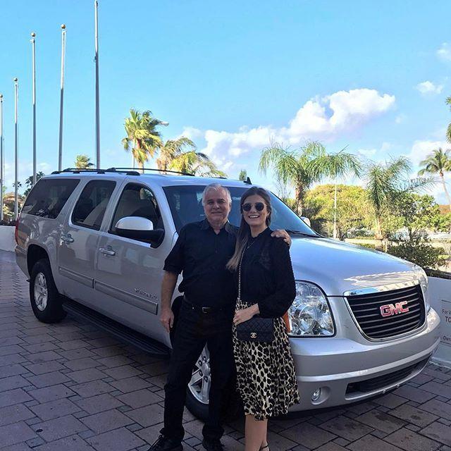 Hoje é dia de passeio aqui em Miami ☀️Como estamos com muitas malas optamos por não alugar carro, então o @gondimpaulo está nos acompanhando! Ele faz todos os passeios, transfer pro aéreo, outlets! Super pratico, foge do trânsito, amamos! Brasileiro e super de confiança