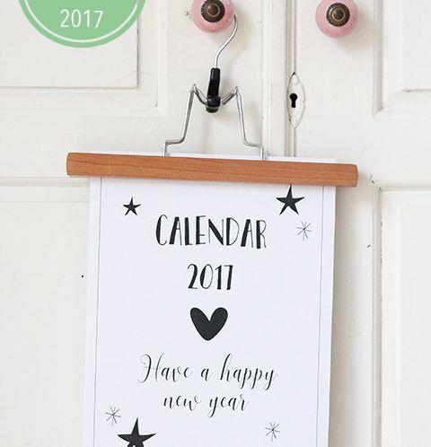 Elke eerste dag van de maand vind je hier een printable maandkalender. Om al je afspraken en verjaardagen op te schrijven. Ook handig om te gebruiken als aftelkalender! Zet de kalender neer voor de sier op een klembord, of geef hem een plekje waar je regelmatig langskomt. Op de koelkast,...