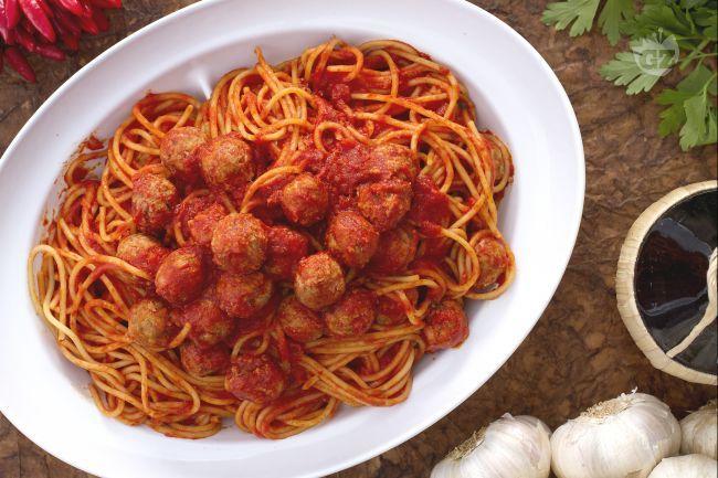 Gli spaghetti con le polpettine sono un ricco primo piatto che può essere considerato un sostanzioso piatto unico che piace molto ai bambini.