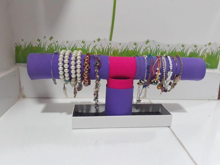 Sencillo organizador para pulseras y tobilleras, en color morado y fucsia. 💜