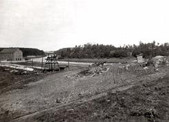 Kellomäen pohjoisrinne nykyisen Koskelantien kohdalla Kellomäen kaivausten alussa vuonna 1930. Kuva lounaasta. Kuva Nils Cleve/HKM.