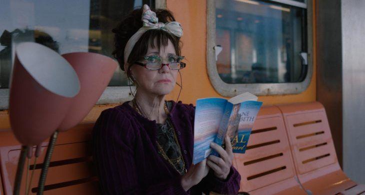 Película Mi Nombre Es Doris Con Actriz Sally Field Mujer Mayor Con Lentes Leyendo Un Libro En Una Banca Peliculas En Netflix Netflix Peliculas