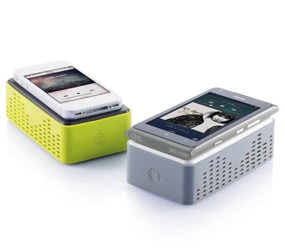 ALTOPARLANTE NEXT  Dispositivo universale con due altoparlanti potenti da 2,5W. Il sistema unico permette di collegare qualsiasi telefono con il solo suo posizionamento sulla parte superiore dell'altoparlante.