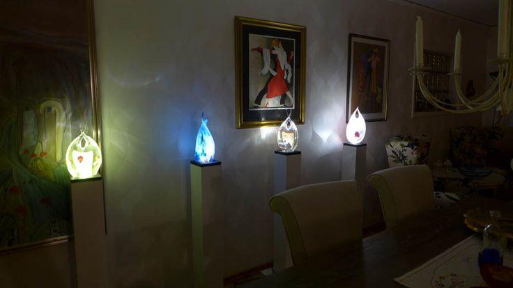 Så här kan det ex. se ut om man dekorerar med konstglas och konstglaslampor. Belysning gör också så att även färger och detaljer i glaset kommer fram mycket mer.