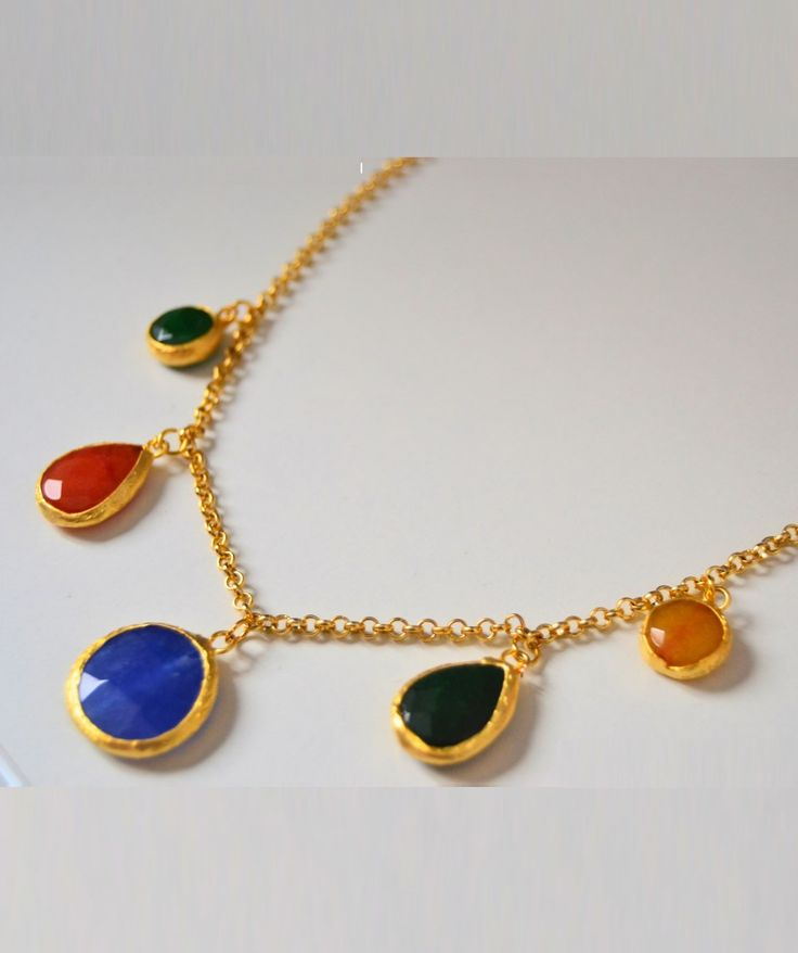 Collar de piedras naturales en colores con cadena dorada