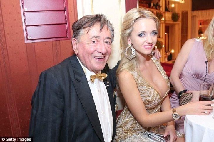 Multimillonario de 86 años que adora a las mujeres se divorció de una conejita Playboy de 26
