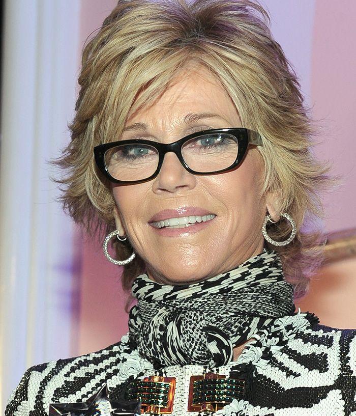 Jane Fonda usou, recentemente, uma armação também preta formato gatinho  discreto. 85a6b59717