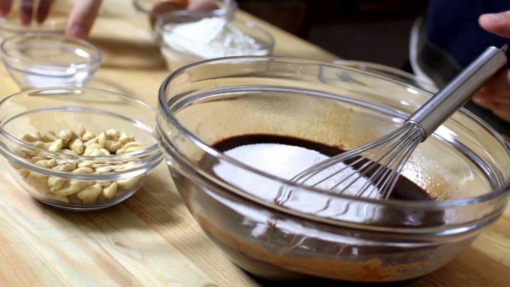 Brownie recept videó: Ez egy klasszikus amerikai brownie (ejtsd: brauni). Nevét barna színéről kapta. Eredetileg zsidó sütemény, mely nagyon csokoládés, és nagyon egyszerű.