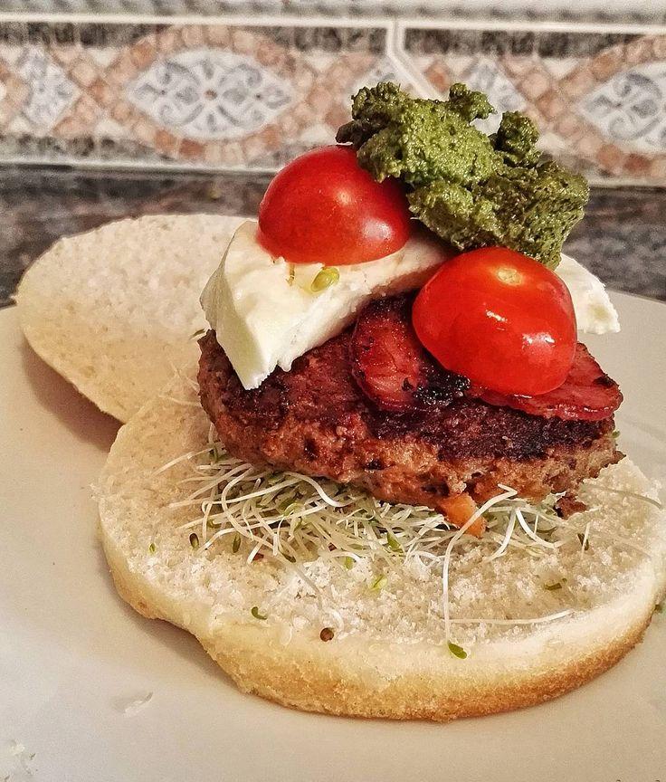 #FoodBlog Almuerzo #urbano: #Hamburguesa  de #carne #capressa con #tocino #queso #mozzarella #tomate cherry  y #pesto de #albahaca y espinaca #homemade #foodie #instagourmet #instafood #blockai