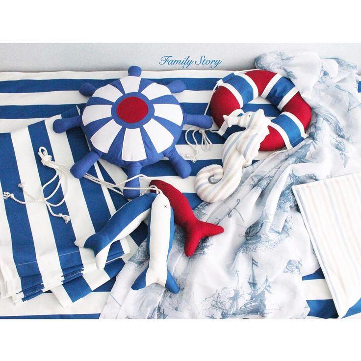 Текстиль в детскую в морском стиле. Покрывало, шторы, тюль, морской конек, штурвал, спасательный круг, связка рыбок.