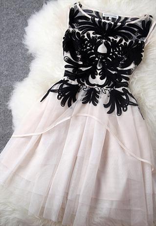 Vestido preto e branco bordado tulle