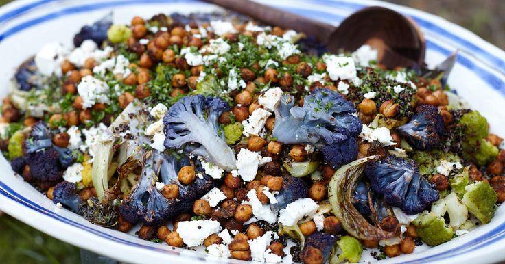 Matig sallad med rostad blomkål, kikärtor, quinoa och fårost. Den är enkel att göra och smakar helt fantastiskt gott!