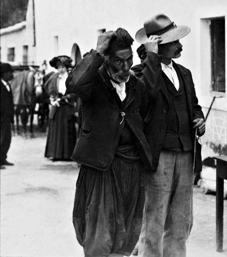 Κέρκυρα, κάτοικοι του χωριού Πέλεκας κατά μήκος του δρόμου προς υποδοχή του Κάιζερ και άλλων Υψηλών προσκεκλημένων, 6 Απριλίου 1911, Theodor Jürgensen. Αρχείο Θεόδωρου Μεταλληνού.
