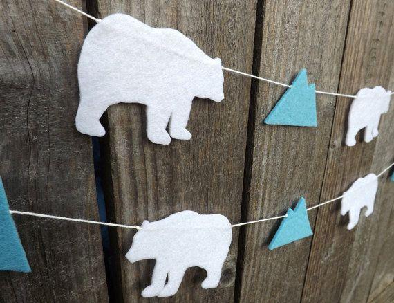 Ein süßes Filz Girlande abwechselnder Eisbären und Gletscher erstellen eine schöne arktische Themenhotel Girlande Ihren Lebensraum oder Kinder Zimmer zu schmücken. Die Formen sind mit 3 mm Dicke Handwerk fühlte gemacht.  Der Kranz ist in zwei Längen erhältlich: 97 (3 Bären) oder 160 cm (6 Bären)  Schneide ich jede Form von hand mit der Schere und das Acryl fühlte sich dadurch eine hoch belastbare Girlande, die viele Jahre dauern wird.  Ich auch machen diesem braun bär Girlande…