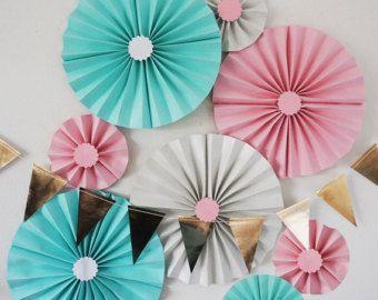 Het maken van een magische ervaring voor uw gasten met rozet fans en poms. Deze prachtige fans en poms zijn gemaakt van 100% recycled tissue papier. Ze hangen aan het plafond of pin ze tegen de muur voor decor. Gebruik een groter bedrag op een muur voor een terug daling voor fotos of showcase geschenken of een cake. Reeds gemaakt en klaar om op te hangen recht uit de doos met sommige eenvoudige montage.  Inbegrepen in deze MEGA-kit zijn:  6 grote 18 poms 6 middelgrote 10 poms 2 kleine 8 poms…