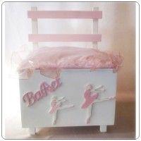 Ξύλινο παγκάκι Βάπτισης σχέδιο μπαλαρίνες - πουέντε σε ροζ και λευκό χρώμα με μαξιλαράκι. #thema_vpatisis_mpalarina #mpalarina #kouri_vaptisis_mpalarina #kouti_vaptisis