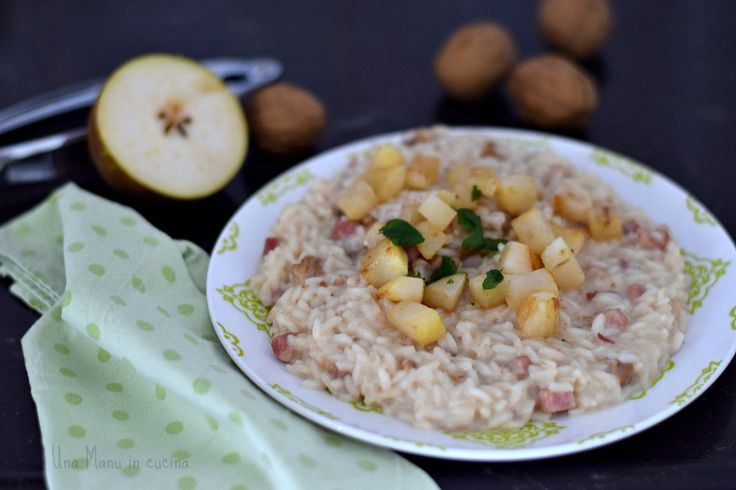 Oggi un risotto tutto da provare, con contrasti dolce-salato davvero interessanti: è il risotto con pere, pancetta e noci!