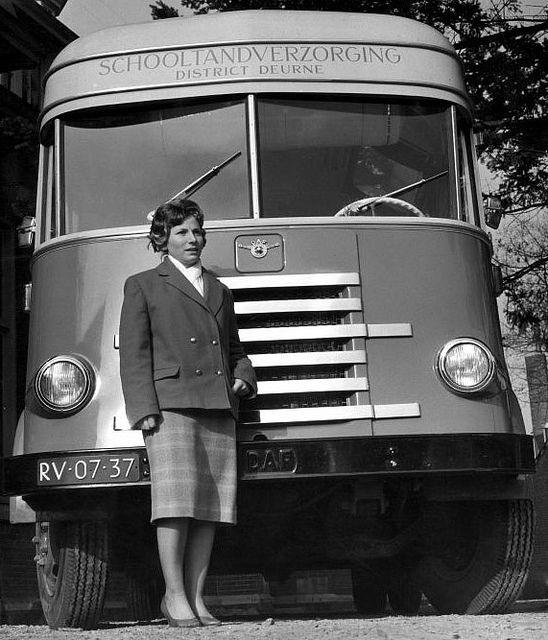 Tandartsassistente van de mobiele schooltandverzorging voor de bus waarmee scholen bezocht werden. Someren. 12 februari 1960