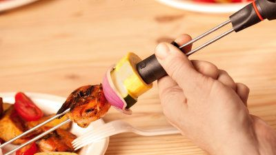 肉を引っこ抜きやすいバーベキュー用の串「Sliders」