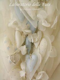 """In questa composizione:   cuoricini azzurro baby,   cuori bianchi decorati a mano con pois e stelline,   fiori """"volanti"""" di lino e ..."""