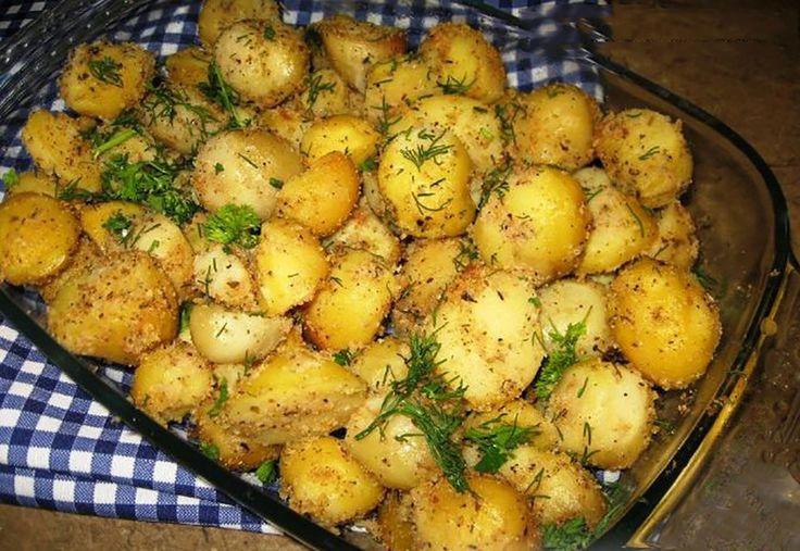 """""""Cartofii cu usturoi și pesmeți la cuptor"""" – o mâncare de post excelentă, care poate fi servită ca fel principal alături de legume proaspete sau salate. Usturoiul oferă cartofii un gust aromat, iar pesmeții – o textură ușor crocantă. Cartofii se prepară foarte simplu, sunt incredibil de gustoși și savuroși! INGREDIENTE -1 kg de cartofi mici -4 linguri de ulei -4-5 căței de usturoi -4 linguri de pesmeți -sare, piper negru măcinat și busuioc după gust -1 fir de mărar -1 fir de pătrunjel…"""