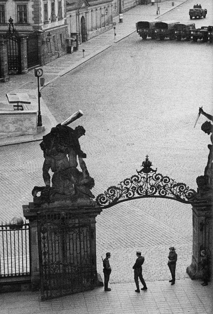 Srpen 1968. Invazní armáda socialistických zemí obsadila i bránu na Pražský hrad. | na serveru Lidovky.cz | aktuální zprávy