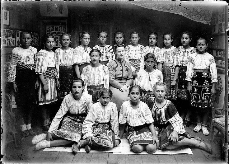 Grup de fete în costume populare. Un-dated image by Costică Acsinte