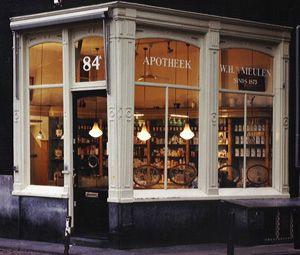 Op de hoek van de Geldersekade en de Stormsteeg is de enig overgebleven Amsterdamse winkel uit de 17de eeuw en waarschijnlijk de oudste apotheek van Nederland gevestigd. Zeker is dat vanaf 1696 een groot aantal apothekers onafgebroken op deze plek hun beroep hebben uitgeoefend.