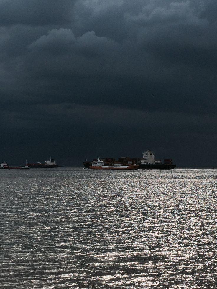 Donkere luchten boven de Westerschelde, geen druppel uit gevallen. Mei 2014