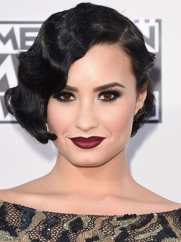Auch zum Retro-Look von Demi Lovato passen Smokey Eys ganz wunderbar