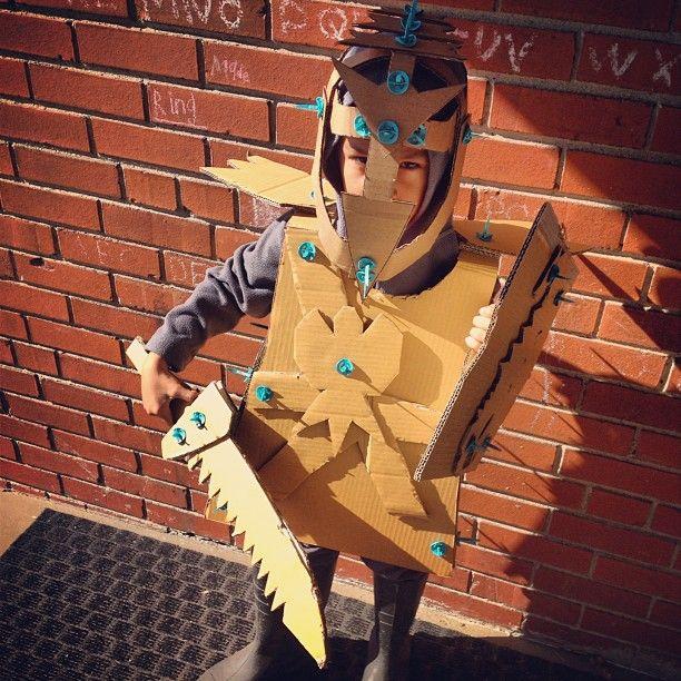 Een ridder van karton. Knutseltip van Speelgoedbank Amsterdam voor kinderen en ouders. Budget knutselen. Recycle / upcycle.