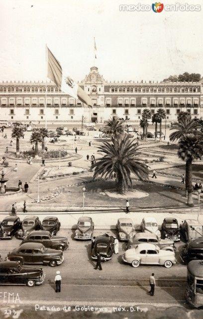 Vista del Zócalo y el Palacio Nacional en el centro histórico de la Ciudad de México. Foto probablemente de los años 30's.