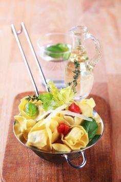 Sommer-Salate: Tortellini-Salat mit getrockneten Tomaten und Parmesanspänen