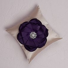 The Stephanie - Color Personality Ring Pillow $39.98 CAD  // Buy online here www.mariagemontreal.com // #weddingmtl #mariagemtl #flower #satin