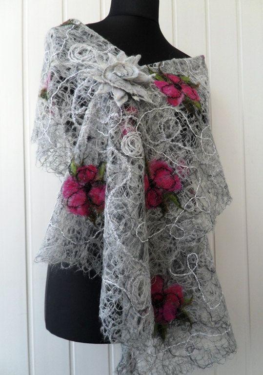 Grau-rosa rose Blume handgemachte Schal gemacht, mit crazy Wool Technik für Frauen. Dieser einzigartige Schal wird mit Mohair-Garn und weicher Merinowolle hergestellt.   Abmessungen: 180 cm lang 40 cm breit  Wenn Sie andere Farben oder Abmessungen haben möchten, bitte senden Sie mir eine Nachricht, ich wird gerne ein neues Element erstellen. -------------------------------------------------------------------------------------------------- Vielen Dank für Ihren Besuch! Meine anderen…