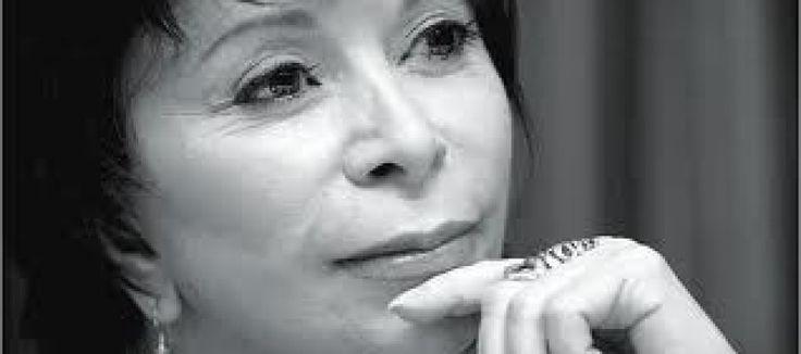 La macchina fotografica è uno strumento semplice, anche il più stupido può usarla, la sfida consiste nel creare attraverso di essa quella combinazione tra verità e bellezza chiamata arte. E' una ricerca soprattutto spirituale. Cerco verità e bellezza nella trasparenza d'una foglia d'autunno, nella forma perfetta di una chiocciola sulla spiaggia, nella curva d'una schiena femminile, nella consistenza d'un vecchio tronco d'albero e anche in altre sfuggenti forme della realtà.  Isabel Allende
