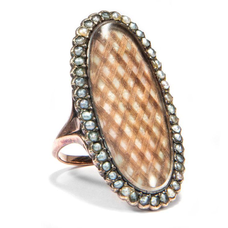 Dem Auge fern, dem Herzen nah - Großer Trauerring des Klassizismus in Gold, Perlen & Haar, um 1795 von Hofer Antikschmuck aus Berlin // #hoferantikschmuck #antik #schmuck #antique #jewellery #jewelry