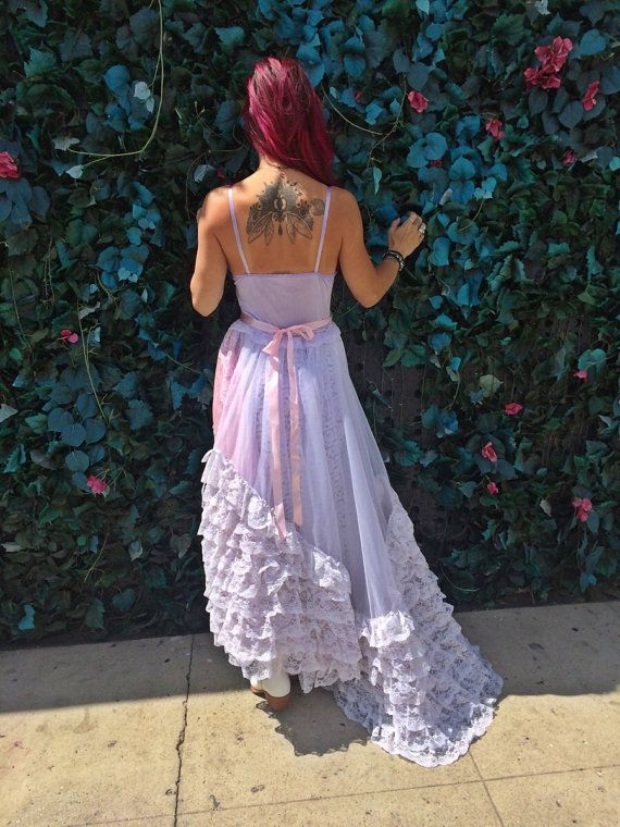 Uno de los tipos.  La tapa es lila claro mano teñida con encajes, apliques y correas ajustables. La falda es de capas de organza y encaje. La capa superior tiene una inserción amplia de volantes y es drapeada asimétrico. La guarnición y encaje debajo de capa son longitud de la rodilla por lo que el vestido es semi pura de rodillas a dobladillar. Pretina lila pálida con faja de satén color rosa pálido. Flor de color púrpura es desmontable y puede también ser usado en cabello. Todos los…
