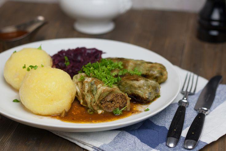 Hausmannskost wie bei Muttern nur vegan: Kohlrouladen mit einer winterlichen Füllung aus Maronen, dazu eine dunkle Bratensoße mit festlichem Geschmack.