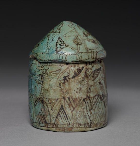 Pyxis con tapa (tapa), c. 1901-1525 BC Egipto, el Reino Medio Tardío hasta principios del Imperio Nuevo fayenza azul turquesa con decoración de negro, general - h: 11,00 cm (h: 4 de 5/16 pulgadas) de diámetro de la caja - w: 8,30 cm (w: 3 1/4 pulgadas). Regalo del Huntington Art John y Politécnica Confianza 1914.609.b