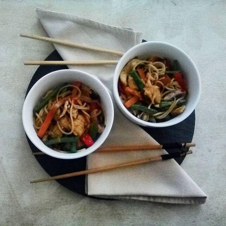 Aprovechando sobras  Verduras y pollo(opcional) al wok con un toque de especias asiaticas  Con  1/2 pimiento rojo 1 diente de ajo 1manojo judias verdes 1/4 cebolla roja 1 cebollino 1zanahoria 3 champis 1/2 pechuga de pollo coral Unas spaghettis  Aceite de oliva virgen  Salsa de soja light Galangal en polvo Pimienta Sichuan en polvo Jengibre en polvo  Con esto hay suficiente para cuatro  #verdurasalwok #comidaasiatica #cuinaasiatica #aprovechar #asianstyle #foodporn #instafood #instafoodie…